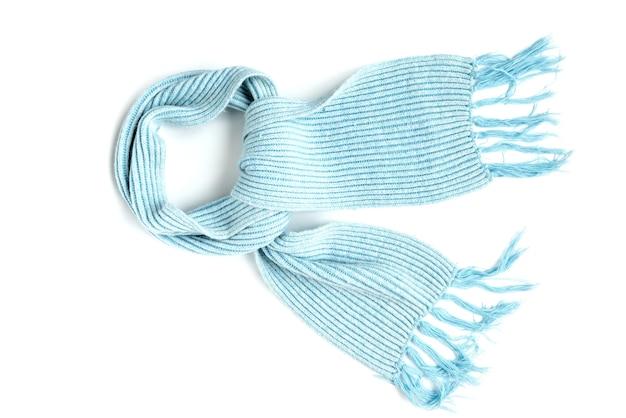 Голубой вязаный теплый шарф на белом