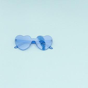 종 려 잎, 유행 여름 개념의 그림자와 밝은 파란색 현대 선글라스