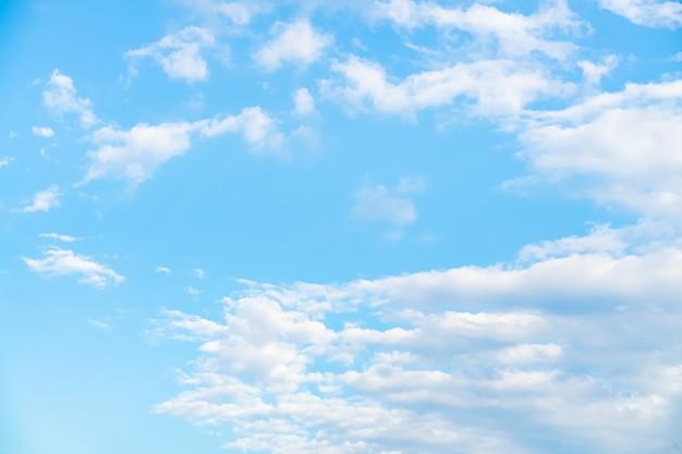水色の空と雲の背景