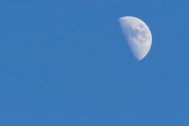 夏の月と水色の空