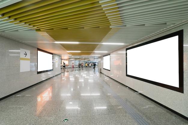 지하철 역 통로에서 라이트 박스 광고