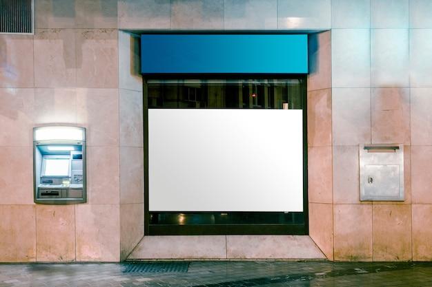 거리 도로로 광고를위한 흰색 공백이있는 라이트 박스 표시