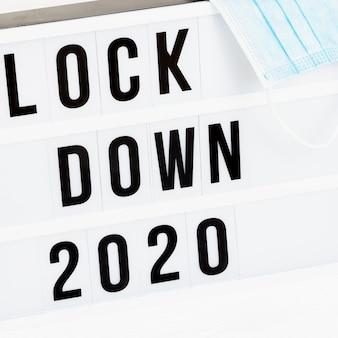 메시지 잠금 2020 및 외과 용 보호 마스크가있는 라이트 박스.
