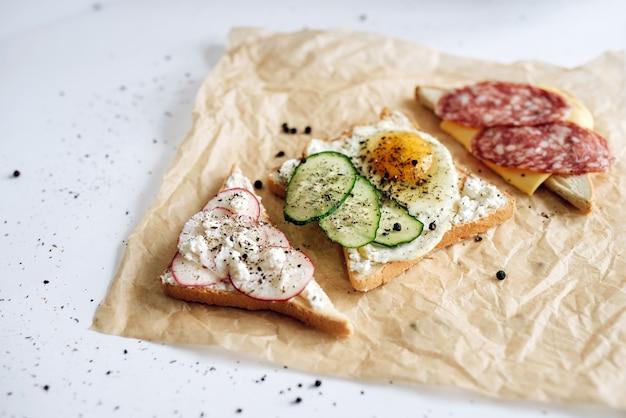 Легкий завтрак с тостами разного вкуса красивый тост фото концептуальный Premium Фотографии