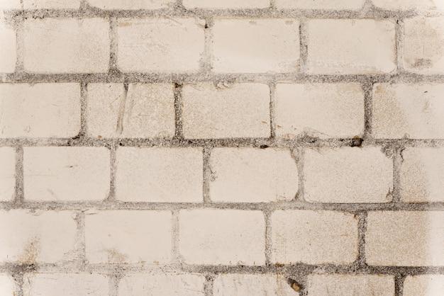 배경에 밝은 벽돌 벽