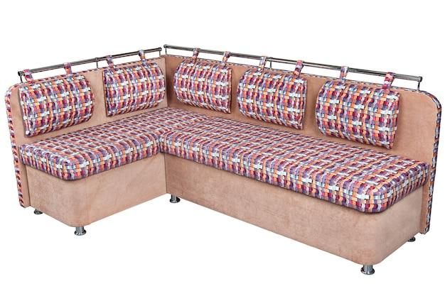 明るい茶色とまだらの籐のクッションは、白い背景で隔離されたダイニングルームのコーナーソファをカバーし、クリッピングパスが含まれています。