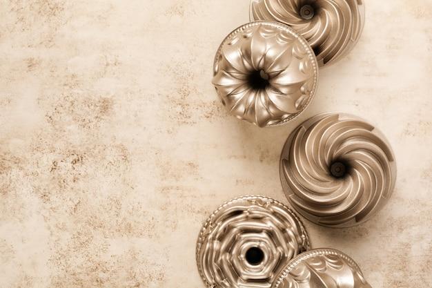 Светло-коричневая текстура бетона с хлопковой кухонной салфеткой или полотенцем и формой для выпечки