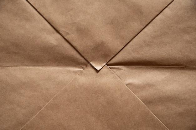 공예 봉투의 형태로 밝은 갈색 종이 배경.