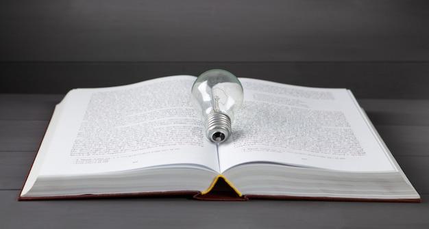 전구 및 테이블에 책