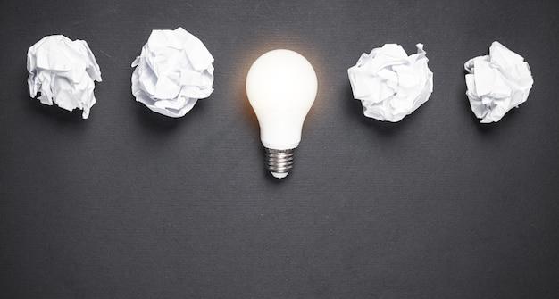 Лампочка и мятые бумаги