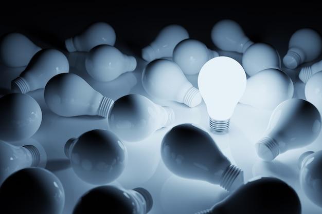 Лампочка яркая выдающаяся среди лампочек на белом фоне