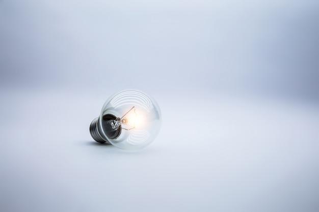 Концепция лампочки для творческой идеи.
