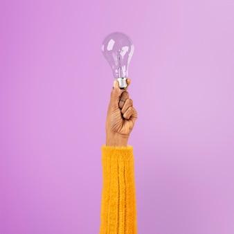 Символ творческой бизнес-идеи лампочки в руке
