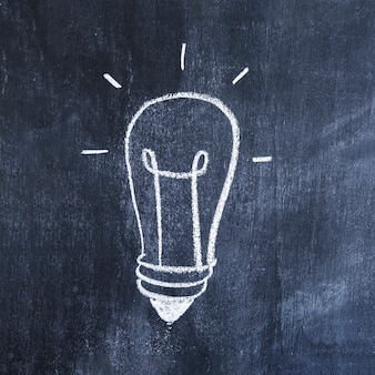 Лампочка, нарисованная мелом на доске