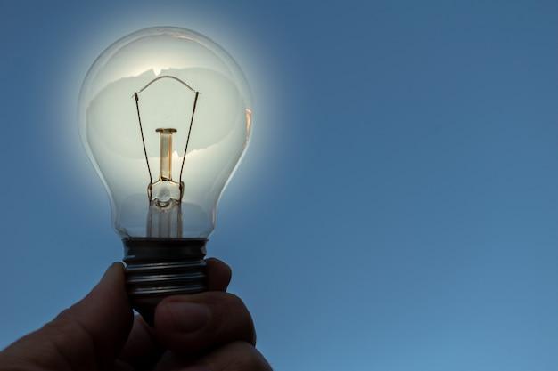 アイデアのコンセプトと手に電球