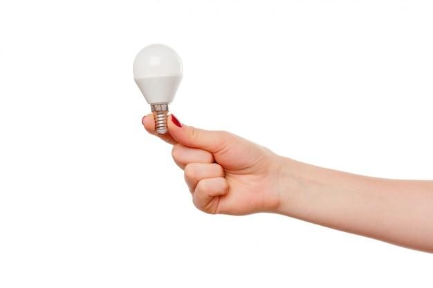Лампочка в руке женщины