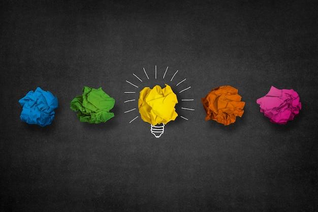 Лампочка изготовлена из желтой бумаги мяч