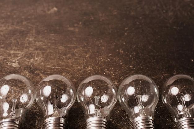 Лампочка на темном фоне мрамора. для экономии энергии. эко-концепция