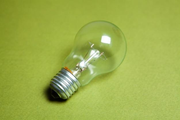 녹색 배경에 전구입니다. 개념 아이디어