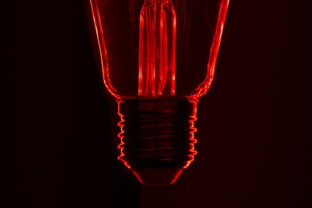 Лампочка на черном фоне крупным планом
