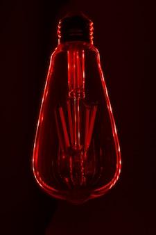 Лампочка на черной поверхности