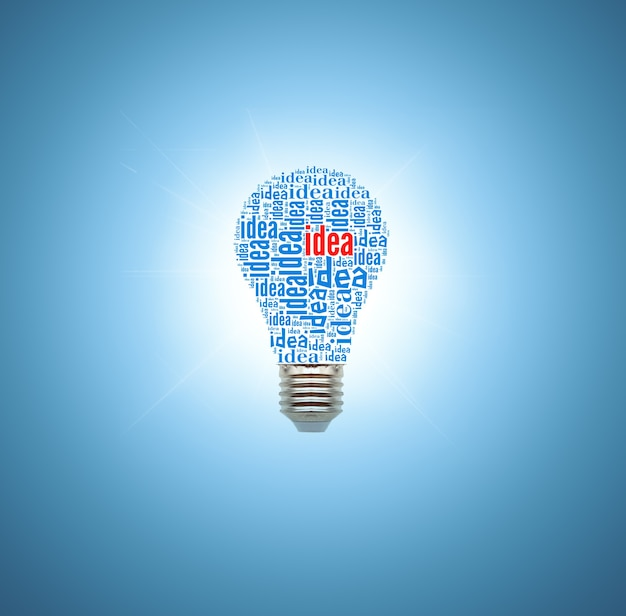 青い背景の電球。アイデアの概念
