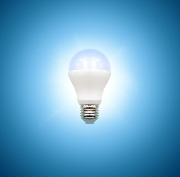青い背景の電球、リアルな写真画像