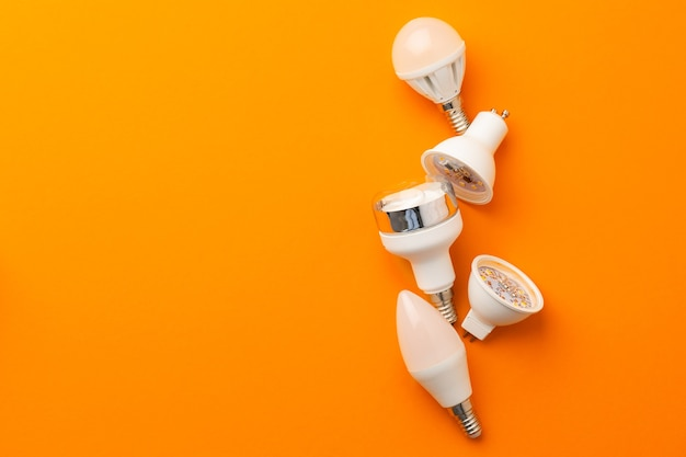 明るいオレンジ色の表面上面図の電球