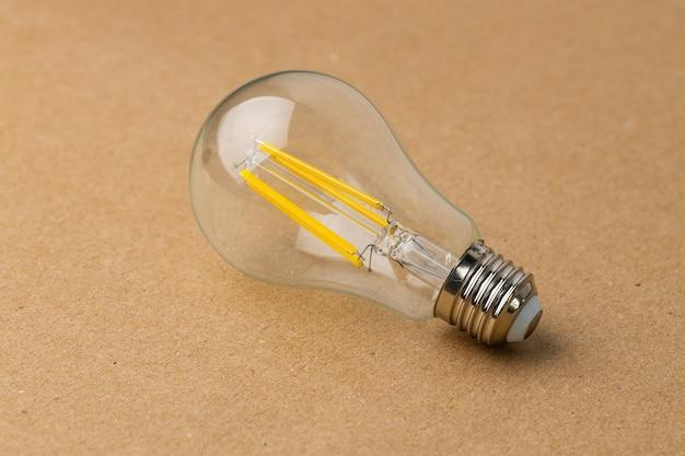 クラフト紙の表面の電球をクローズアップ