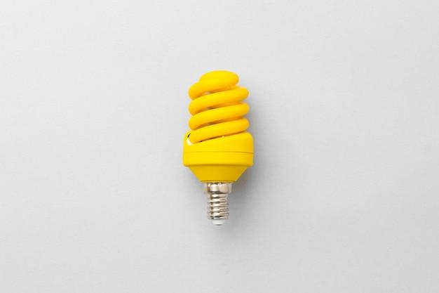 明るい灰色の紙の背景に電球