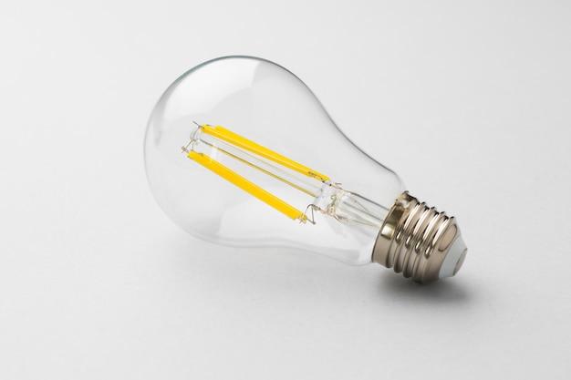 薄い灰色の紙の表面に電球