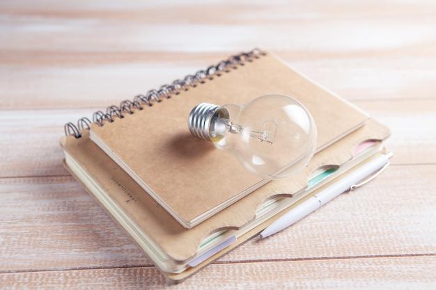 メモ帳の電球。アイデアの概念