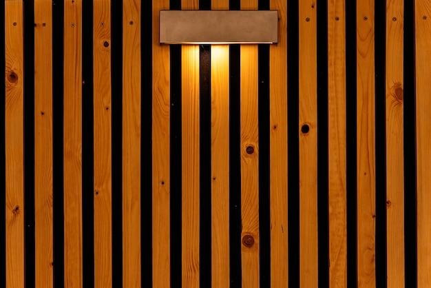 木製の背景に電球。テクスチャ