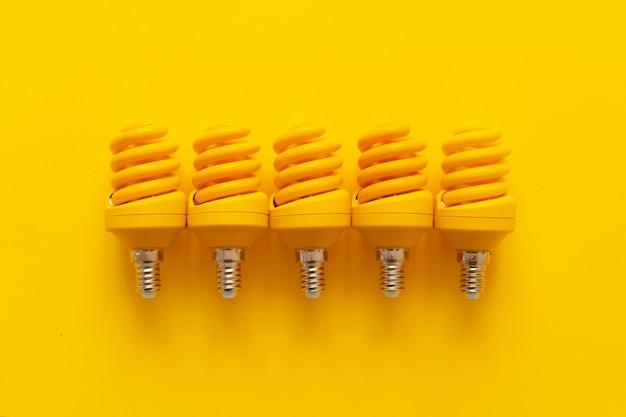 黄色い紙の背景の上面図の電球