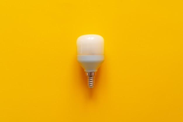黄色い紙の表面の上面図の電球