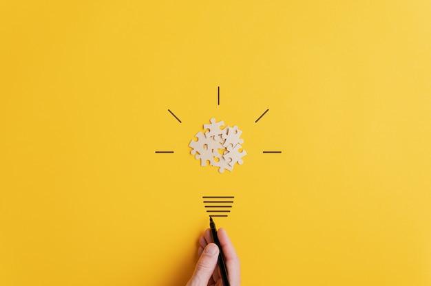 Лампочка на желтой поверхности в видении и идеи концептуального изображения