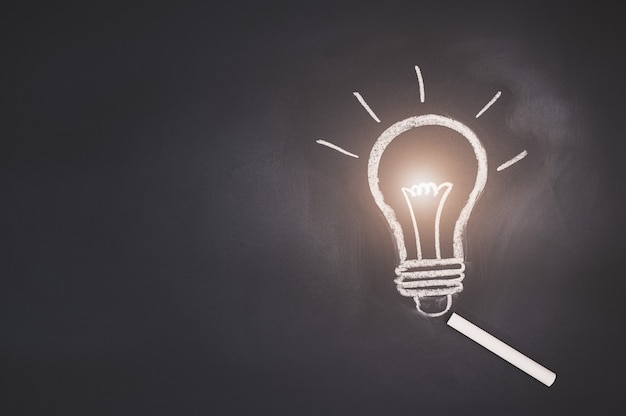 黒板の電球のシンボルはアイデアを表しています