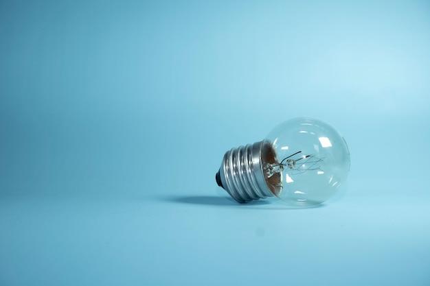 Лампочка с синим фоном.
