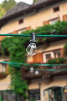 背景に家を持つ電球