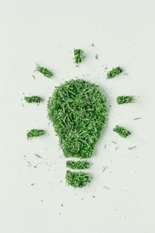 전구 잔디와 녹색 잎. 생태학의 개념은 재생 가능 에너지입니다. 친환경 에너지