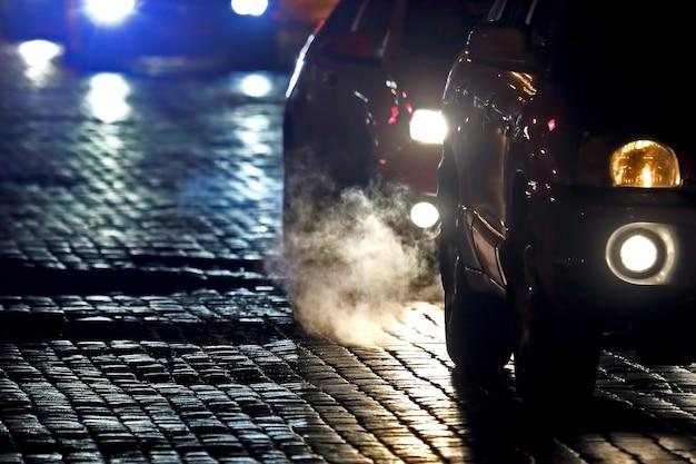 경차는 밤에 포장도로를 달린다. 도시 고속도로