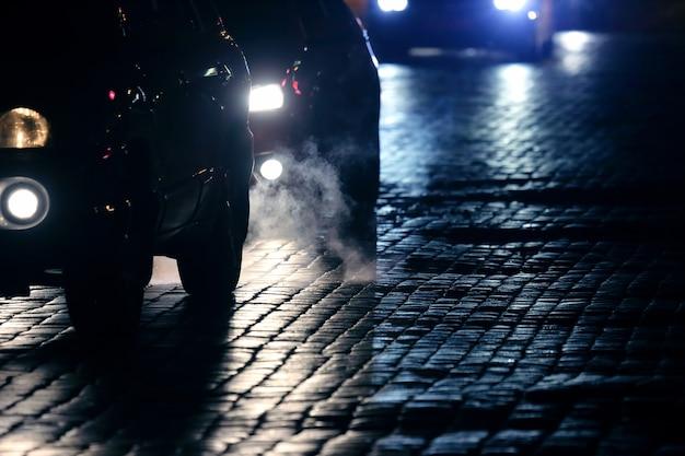 경차는 밤에 포장도로를 달린다.