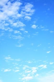Легкие облака в небе - естественный фон, место для собственного текста