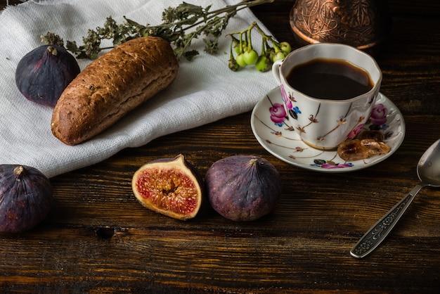 パンといくつかの熟したおいしいイチジクとの軽いコーヒーブレイク。