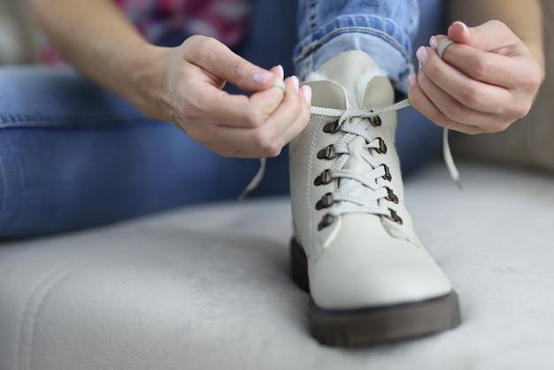 Светлая обувь, на которой завязано кружево.