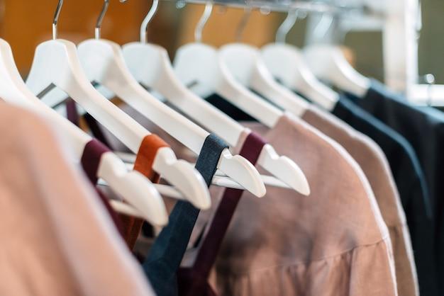 상점의 옷걸이에 매달려있는 가벼운 공예 빈티지 린넨 드레스.