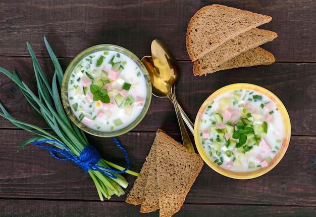 セラミックボウルにヨーグルトで味付けした、新鮮なキュウリの軽いダイエットスープ