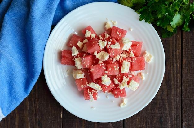 新鮮なスイカとフェタチーズとゴマの軽いダイエットサマーサラダ