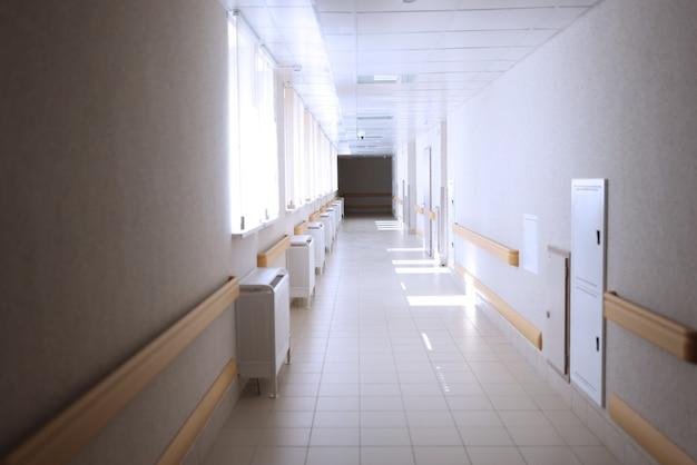 医療施設の明るい空の広々とした廊下