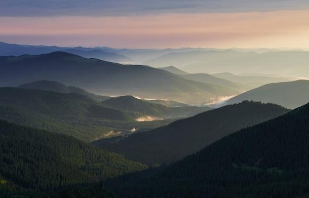 Легкий туман. величественные карпаты. красивый пейзаж. захватывающий вид.